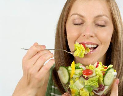 - Sevilen yiyeceklerin belirli dozlarda tüketildiğinde bir zararının bulunmayacağı hakkında bilgi verilmelidir. - Dışarıda sağlıklı menülerin nasıl oluşturulacağı öğretilebilir. - Sağlıklı beslenmenin sürekli diyet yapmak anlamına gelmediği vurgulanmalıdır. - Sağlıklı fakat lezzetli besinler seçmeye özen gösterilmelidir. - Besinlerin kalori değerlerini değil içerisindeki besin öğelerini öğrenmek ve sağlığa yararlarını bilmek gerekir.